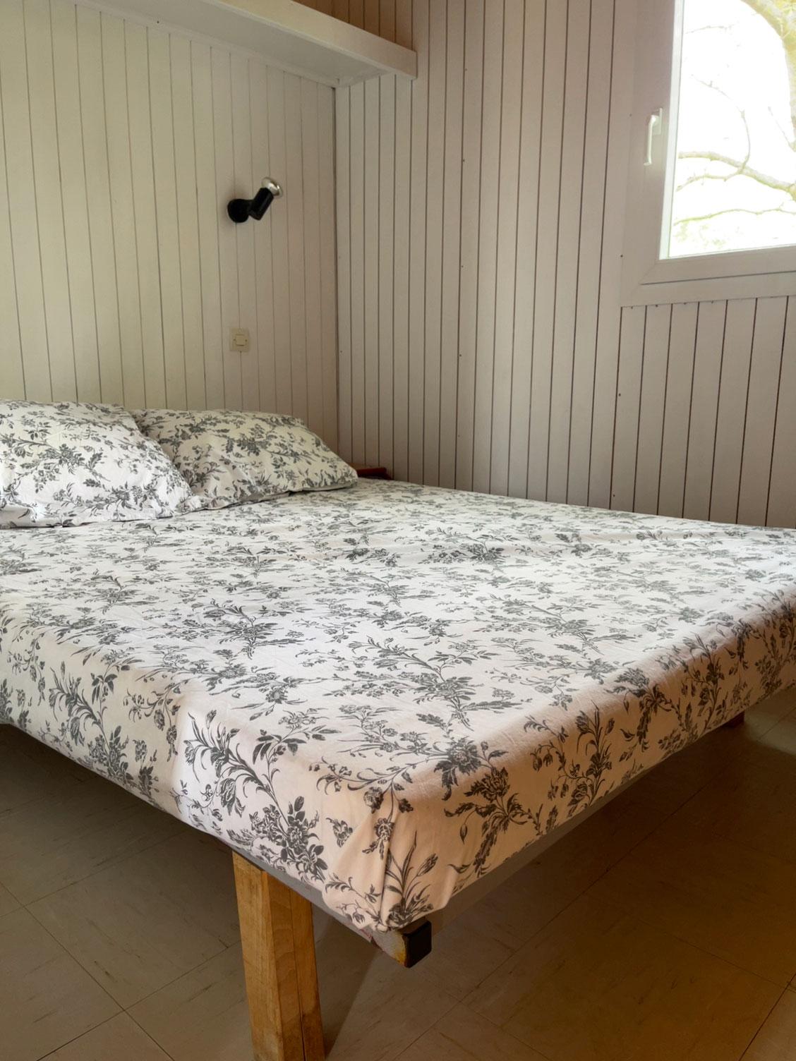 galerie-photos-location-chalet-camping-5-personnes-chambre-adultes-le-port-de-moricq