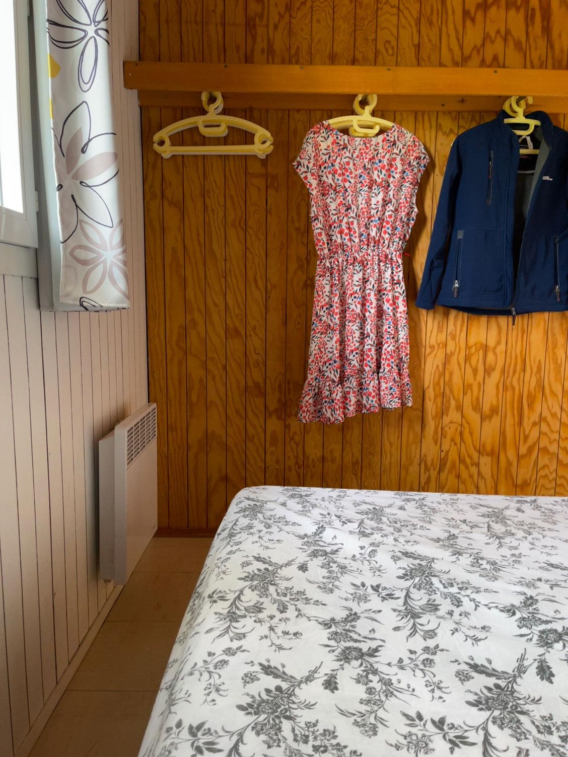 galerie-photos-location-chalet-camping-5-personnes-rangement-chambre-le-port-de-moricq