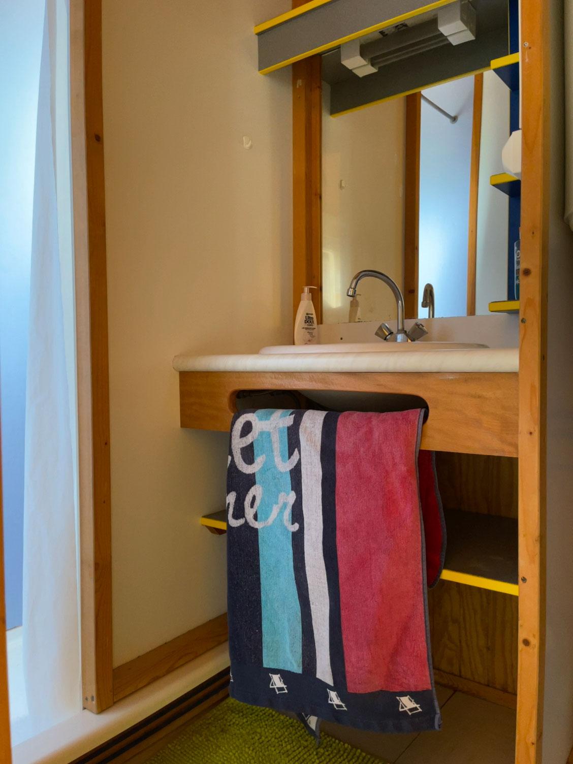 galerie-photos-location-chalet-camping-5-personnes-salle-de-bain-le-port-de-moricq