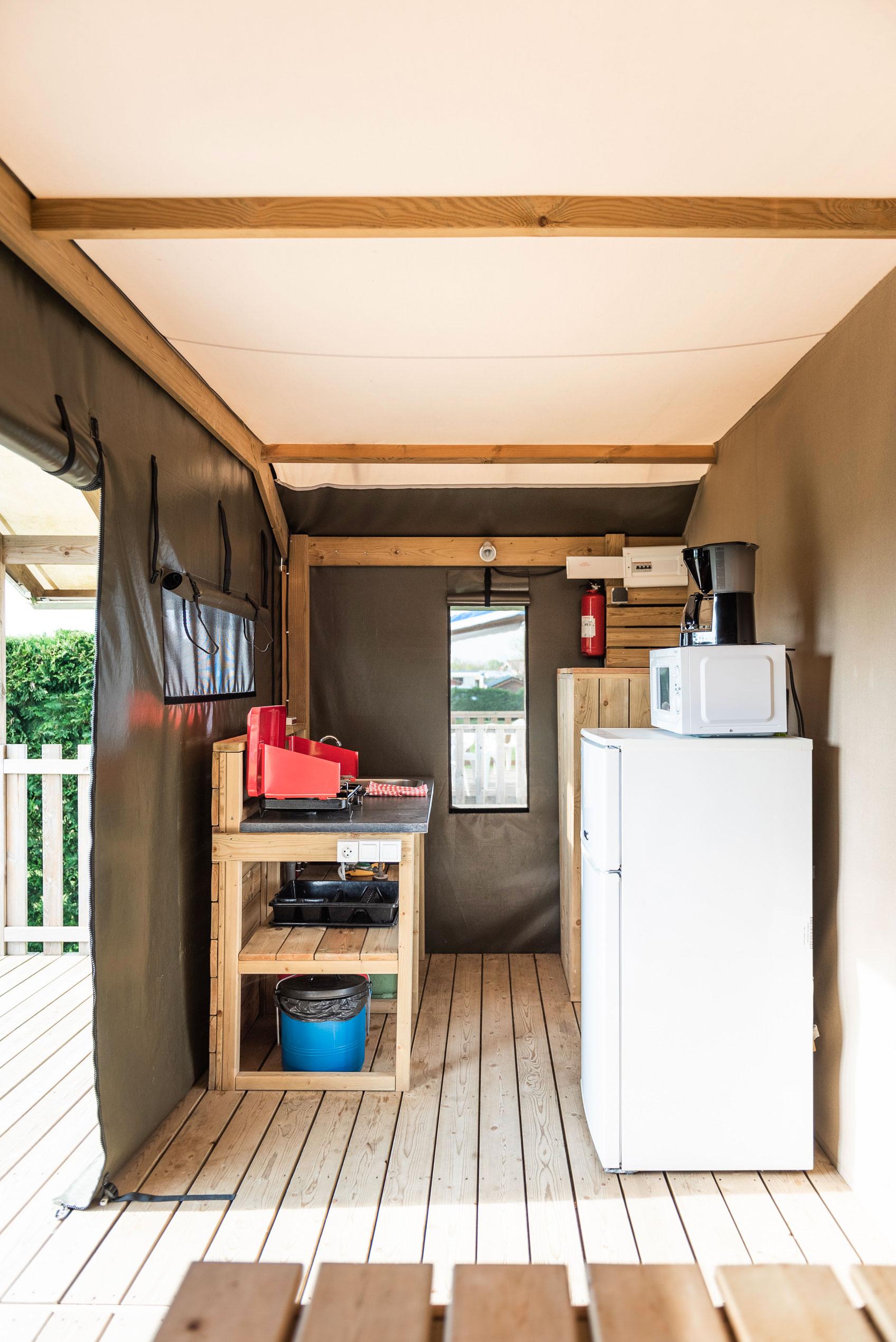 galerie-photos-location-tente-lodge-6-personnes-coin-cuisine-camping-le-port-de-moricq
